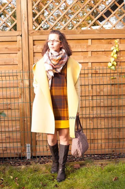 Herbstkleid mit gelbem Mantel und Tasche