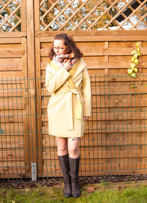 Herbstkleid mit gelbem Mantel