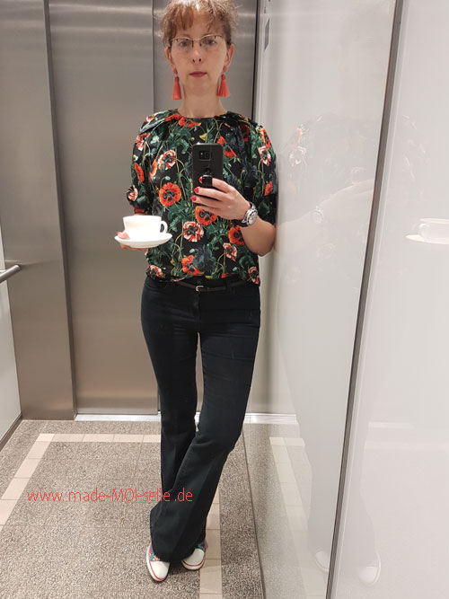 Jeans mit Bluse schwarz mit Blumen